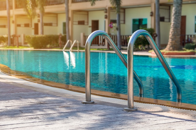 Moderno patio trasero de una piscina en un complejo público o casa club