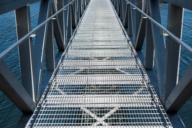 Moderno puente sobre el río