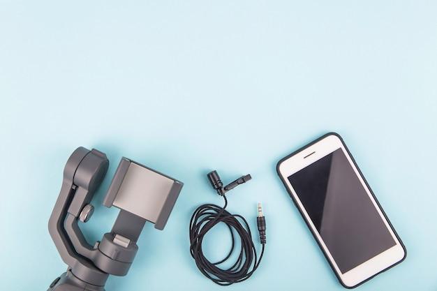 Moderno y sencillo conjunto de equipos para filmación de video en un teléfono inteligente.