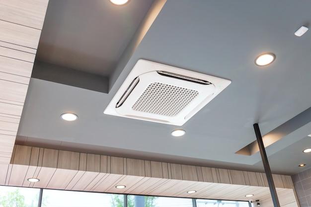 Moderno sistema de aire acondicionado tipo casete montado en el techo en la cafetería.