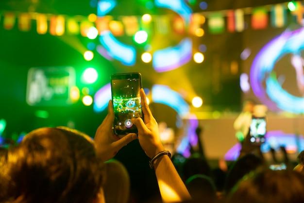 Moderno teléfono móvil en mano de mujer con pantalla aislada para maqueta