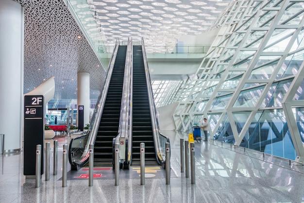 Moderno vestíbulo del aeropuerto o de la estación de metro