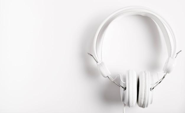 Modernos auriculares blancos para música