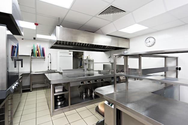 Modernos equipos de cocina en un restaurante.