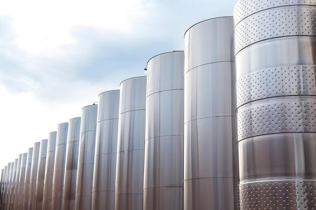 Modernos equipos industriales tecnológicos de fábrica de vinos.