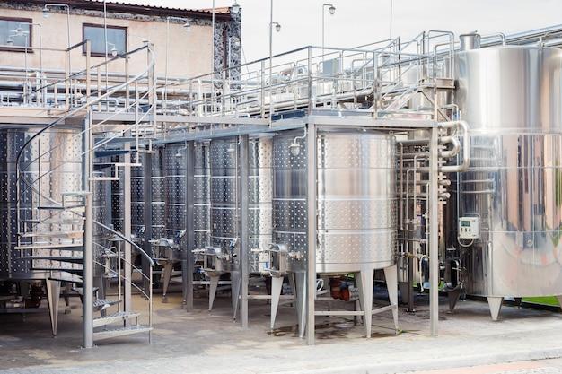 Modernos equipos tecnológicos industriales de fábrica de vino.