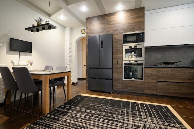 Modernos y lujosos detalles de cocina marrón oscuro, gris y negro