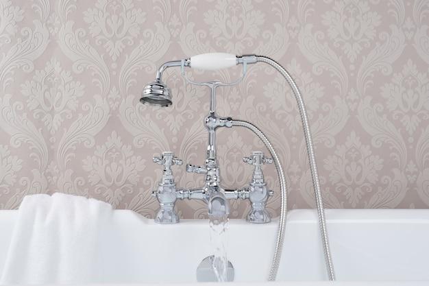 Modernos y nuevos grifos de acero con la bañera de cerámica en el baño.