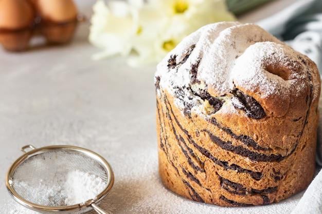 Modernos pasteles de vainilla y chocolate cruffin con azúcar en polvo.