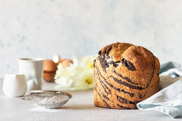 Modernos pasteles de vainilla y chocolate cruffin con una taza de café.