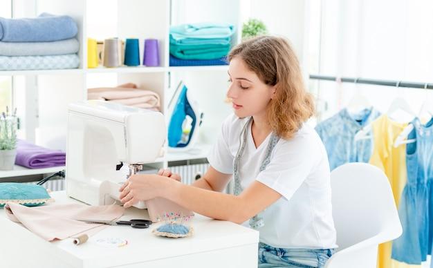 Modista cosiendo nuevo diseño a mano