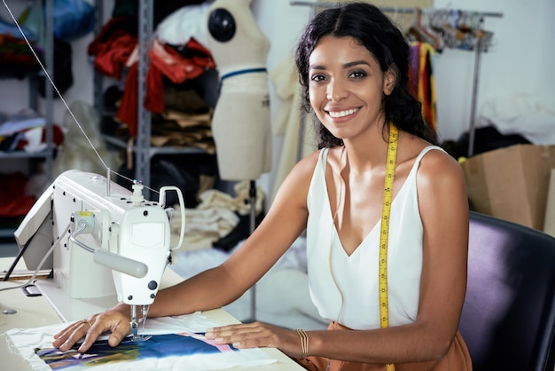 Modista con máquina de coser