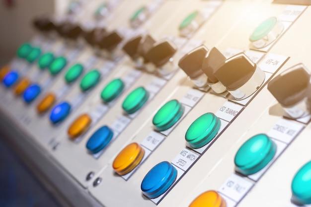 Modo de selección del interruptor de llave en el panel de control eléctrico para operar la máquina industrial