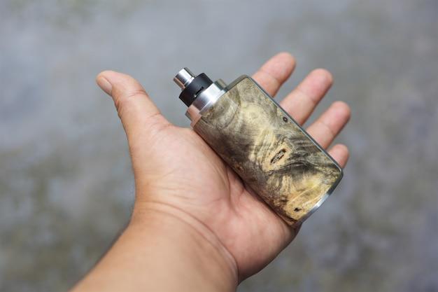 Mods de caja de madera estabilizada natural con atomizador de goteo reconstruible y anillo de belleza en mano, vaporizador