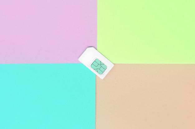 Módulo de identidad del suscriptor. tarjeta sim blanca sobre pastel