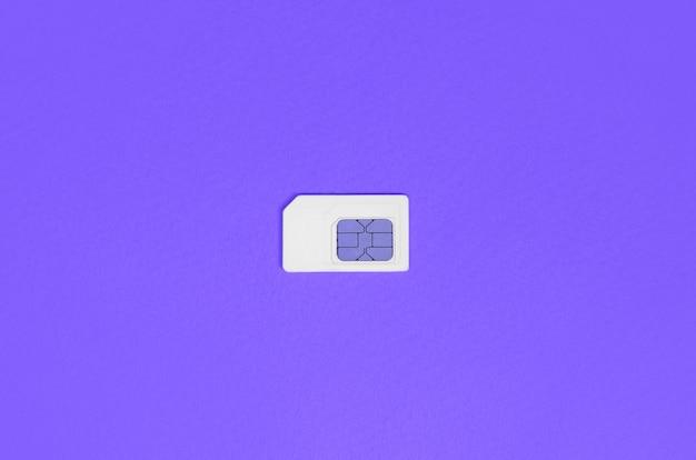 Módulo de identidad del suscriptor. tarjeta sim blanca sobre violeta