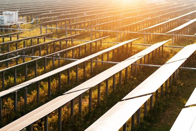 Los módulos fotovoltaicos reflejan la luz del atardecer y las nubes.