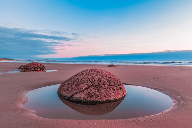Moeraki boulder closeup durante la marea baja, la playa de koekohe, nueva zelanda