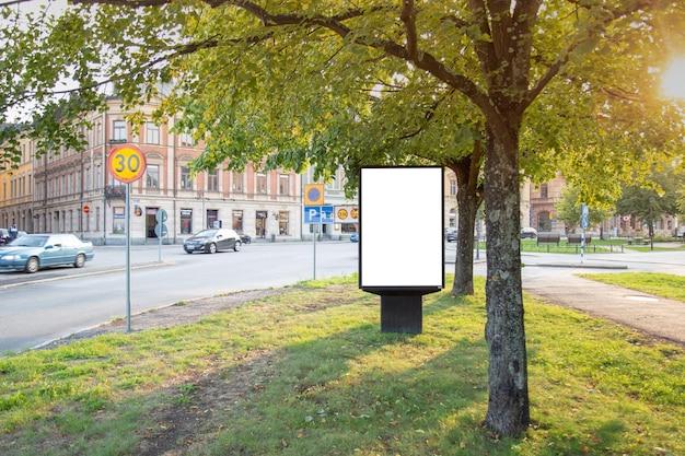 Mofa en blanco de la cartelera para arriba en el camino de ciudad para el mensaje de texto o el contenido.