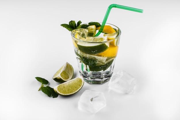 Mojito bebida alcohólica sin alcohol en vaso alto con agua de soda, jugo de limón y limón