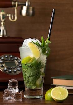 Mojito clásico con hojas de limón y menta