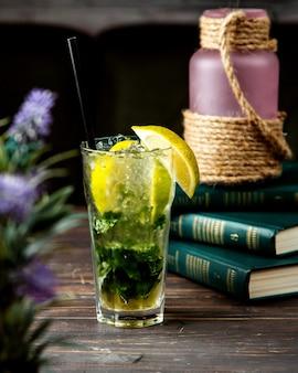 Mojito cocktail con algunos libros sobre la mesa