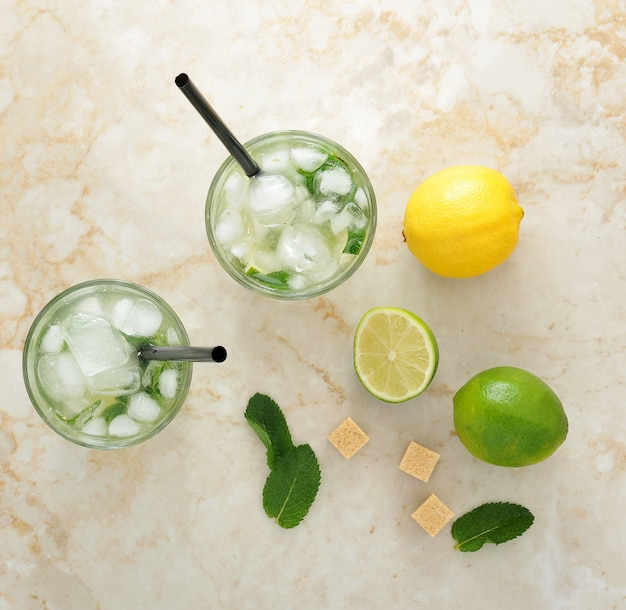 Mojito cocktail con hielo y lima