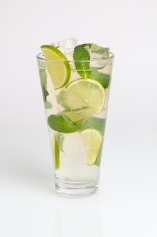 Mojito cocktail con lima y hielo