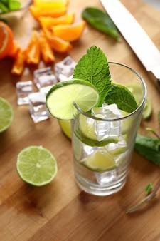 Mojito cocktail con lima y menta