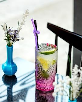 Mojito cocktail con lima sobre la mesa