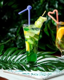 Mojito cocktail con rodajas de manzana encima