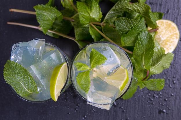 Mojito cóctel con limón y hielo. vista superior