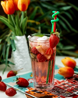 Mojito de fresa con hielo sobre la mesa