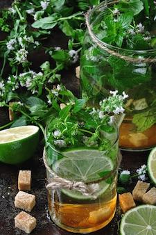 Mojito frío casero. hojas de menta, lima, azúcar moreno.