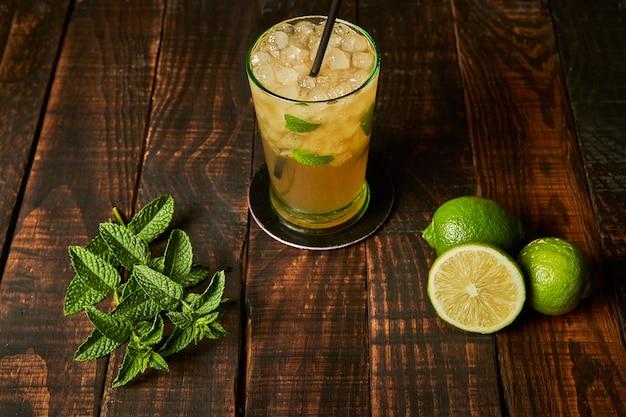 Mojito listo para beber en un bar. concepto de bebida para el verano.