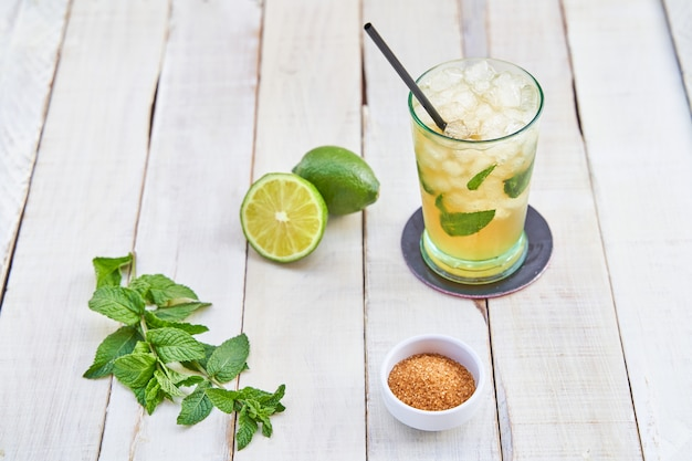 Mojito listo para beber en una mesa de madera blanca. concepto de bebida de verano.