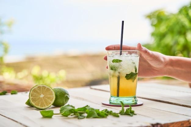 Mojito listo para beber en la playa