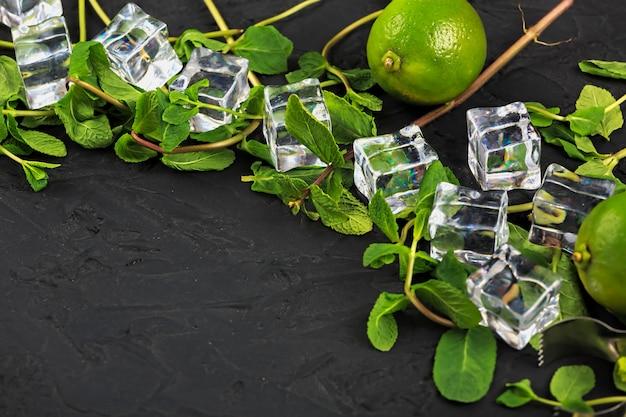 Mojito marco de barra de herramientas y productos para la preparación de cócteles. ahorra espacio. menta, hielo de lima, ron, refrescos, tequila