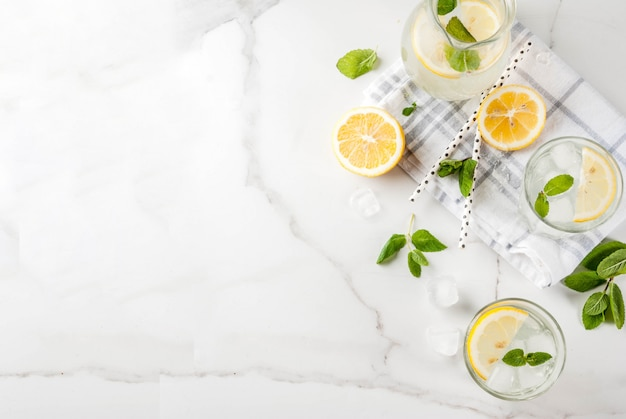 Mojito con menta fresca, rodajas de limón y hielo vista superior