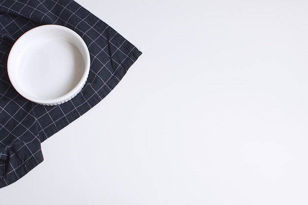 Molde blanco para hornear y servilleta negra a cuadros