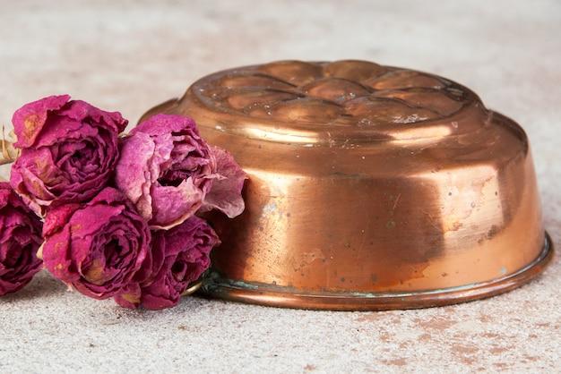 Molde de cobre vintage sobre una superficie de hormigón