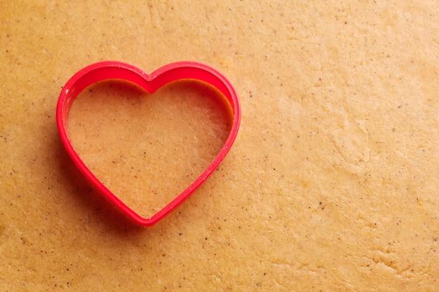 Molde para hornear en forma de corazón para hacer galletas de jengibre sobre la masa