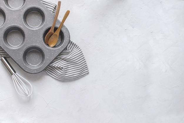 Molde de metal para magdalenas, batidor, cucharas de madera