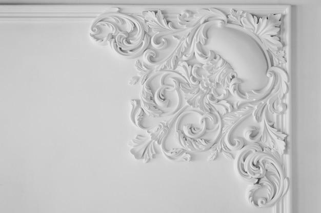 Moldura de pared blanca con forma geométrica y punto de fuga. horizontal