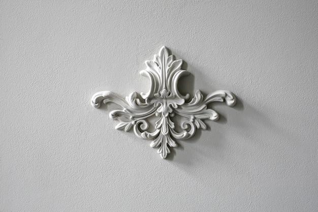 Moldura de pared blanca con forma geométrica y punto de fuga