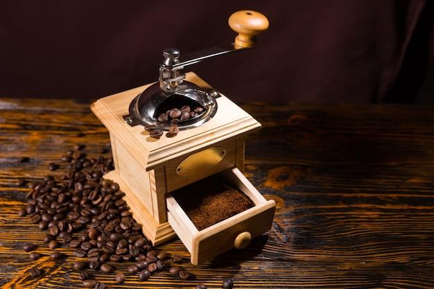 Molinillo de café con granos y posos terminados