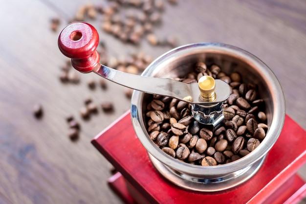 Molinillo de café manual vintage con grano de café