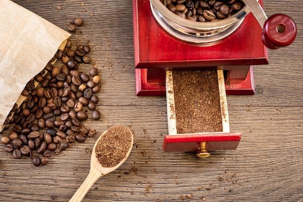 Molinillo de café manual vintage con granos de café.