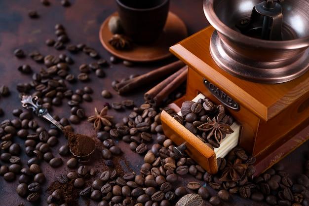 Molinillo de café retro con frijoles