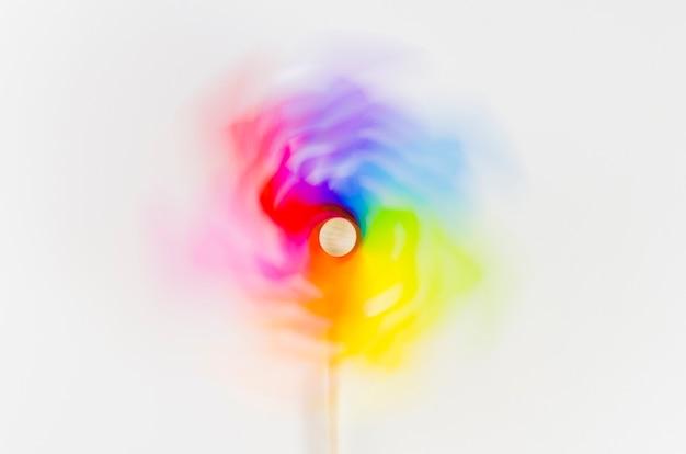Molinillo de viento con los colores del arcoíris